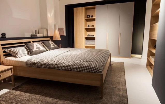 Um quarto com móveis planejados ao estilo escandinavo