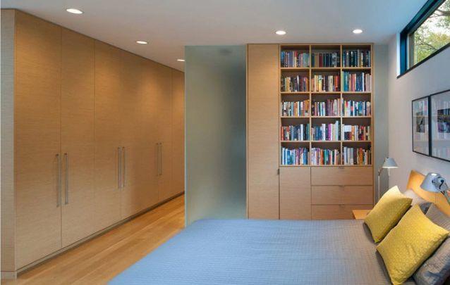 O armário planejado ocupa uma parte do corredor