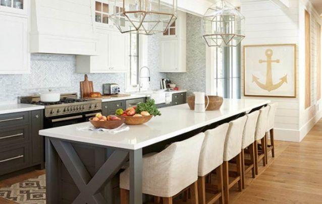 Já esta cozinha americana segue um estilo tradicional com tema náutico