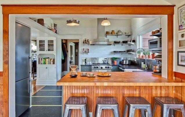 O balcão de cozinha americana faz a separação entre ambientes
