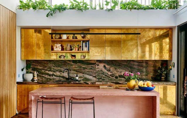 Dourado e rose, uma combinação nada básica para esta cozinha americana feminina