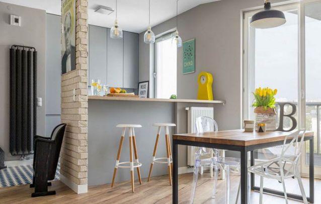 A parede de tijolos expostos trouxe um toque a mais para o design desta cozinha americana