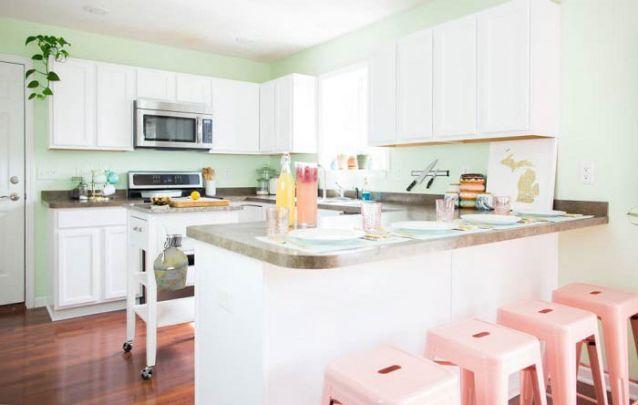 Tons de pastéis foram os escolhidos para compor esta linda cozinha americana clássica
