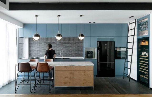O azul petróleo foi a escolha para esta cozinha americana harmoniosa e contemporânea