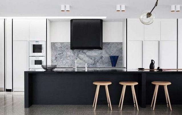 Branco e preto, uma bela combinação atemporal para a sua cozinha americana