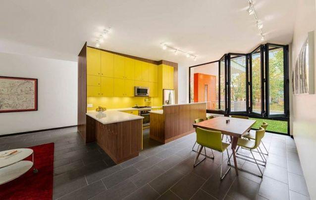 O amarelo delimita esta divertida cozinha americana
