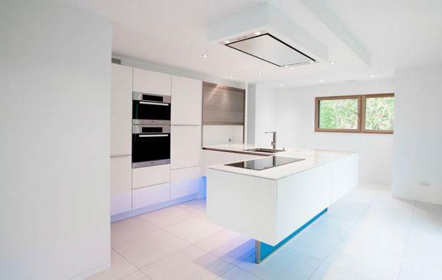 O Led azul deixa a cozinha americana com um toque futurista