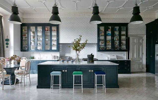 Azulejo de metrô foi a escolha para compor esta cozinha americana clássica