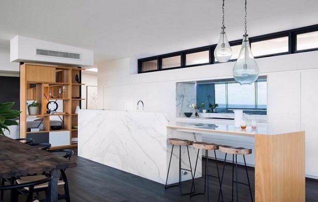Uma cozinha americana feita com mármore transparece sofisticação