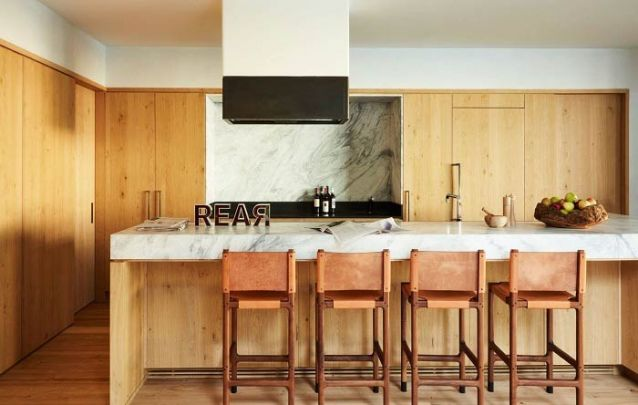Cozinha americana planejada com leves toques rústicos