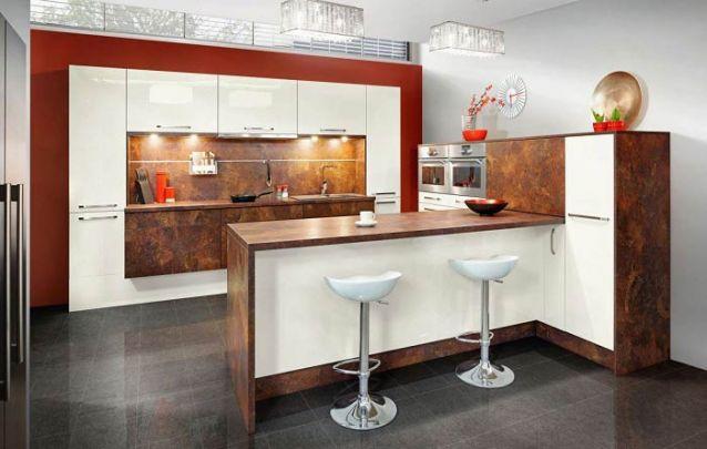 Os acabamentos em marrom entram em contraste com os armários brancos nesta cozinha americana