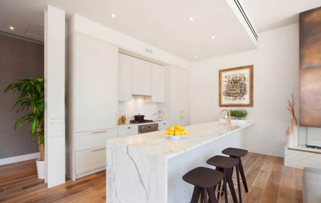 Uma cozinha americana pequena com sala de estar integrada