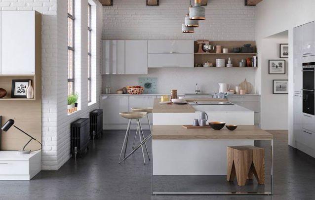 Armários aéreos utilizam o espaço vertical da cozinha americana