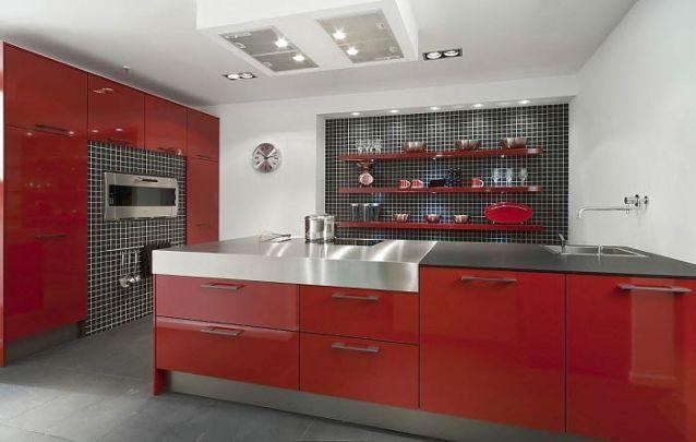 Vermelho e preto, uma combinação vibrante para uma cozinha americana moderna