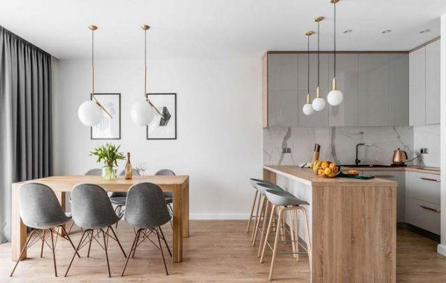 A decoração da cozinha americana está em harmonia com a da sala de estar