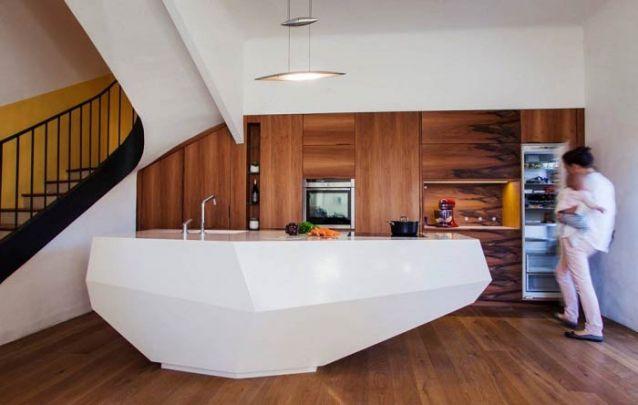Uma bancada inusitada para uma cozinha americana contemporânea