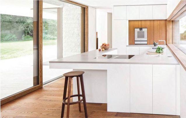 Cozinha americana planejada aproveita da melhor maneira possível o espaço disponível no ambiente