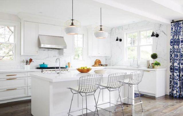 Que tal uma cozinha americana branca tradicional?