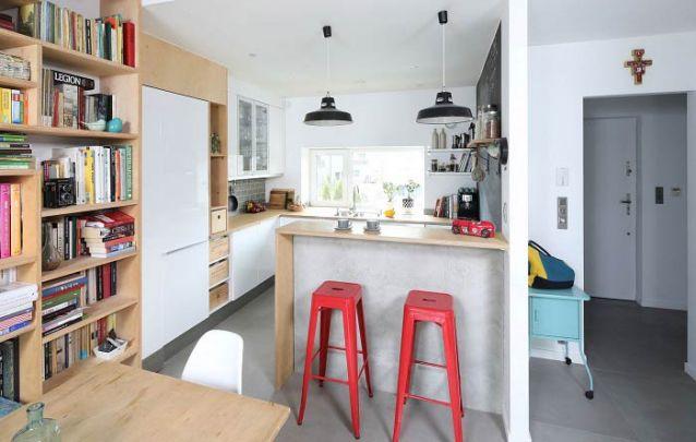 A decoração com estilo escandinavo segue da cozinha americana para os demais cômodos integrados