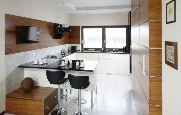 Os eletrodomésticos pretos trazem um toque distinto para esta cozinha americana planejada