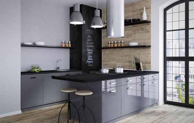 Uma parede de quadro negro traz um toque divertido para uma cozinha americana