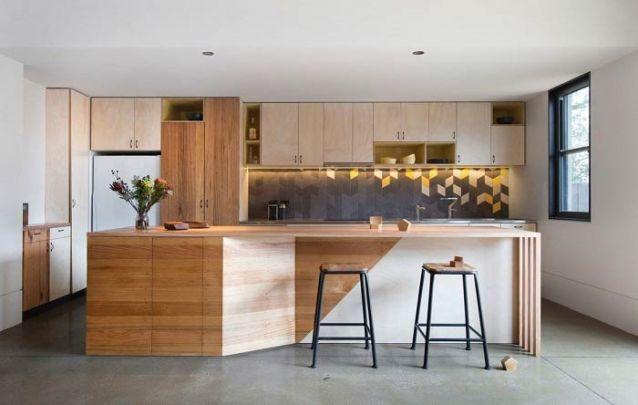 Uma cozinha americana moderna, minimalista, com vários toques escandinavos