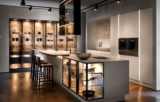 Cozinha americana planejada luxuosa com cristaleira também na bancada