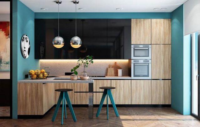 O azul traz um toque divertido para esta cozinha americana com armários sóbrios