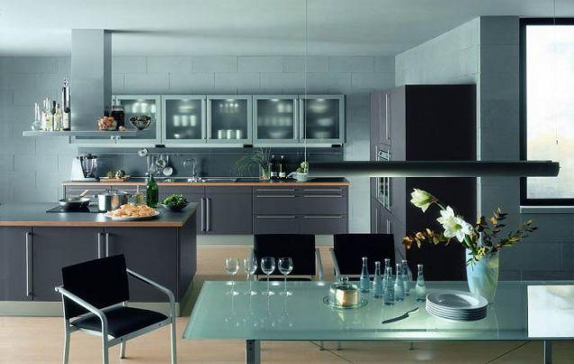 Aqui a cozinha americana segue a mesma decoração da sala de jantar, moderna e elegante