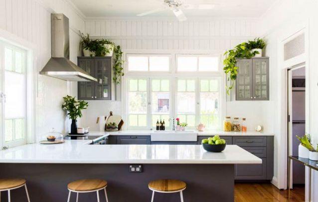 Apostar em plantas na cozinha americana traz a sensação de frescor e leveza para o ambiente, além de ajudar na purificação do ar