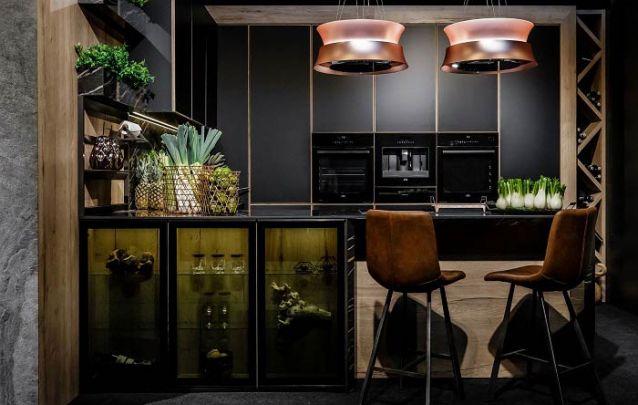 Requinte e sofisticação definem esta cozinha americana em tons escuros
