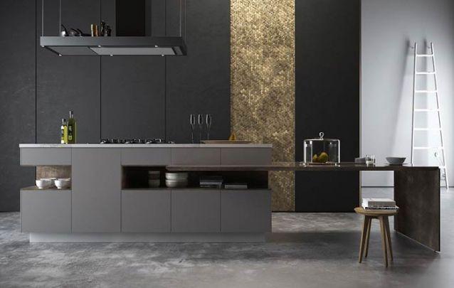 A faixa dourada no armário desta cozinha americana traz um grande diferencial para o ambiente predominantemente escuro