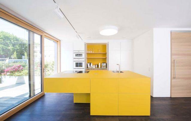 O amarelo cria uma cozinha americana vibrante e contemporânea