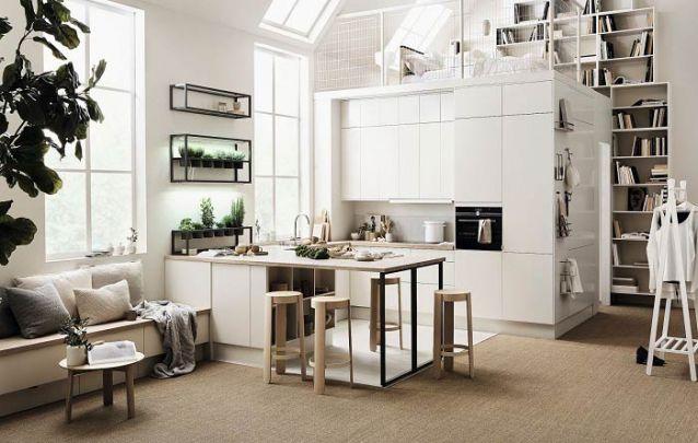A decoração minimalista da cozinha americana se estende pelos demais cômodos deste loft