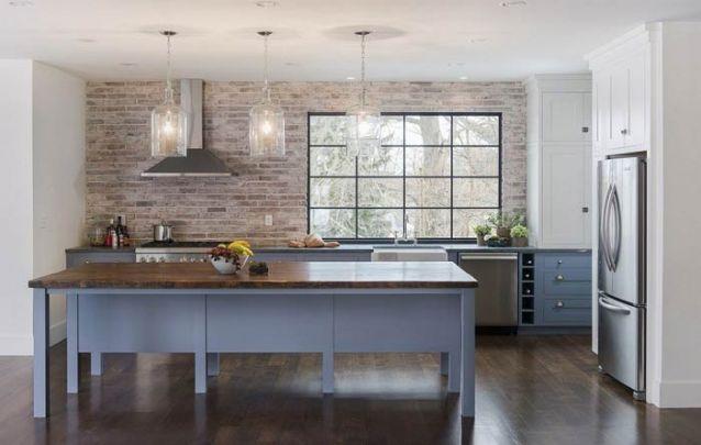 Cozinha americana rústica e colorida
