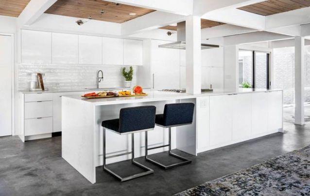Se você busca uma cor atemporal para compor a sua cozinha americana, o branco é uma ótima opção