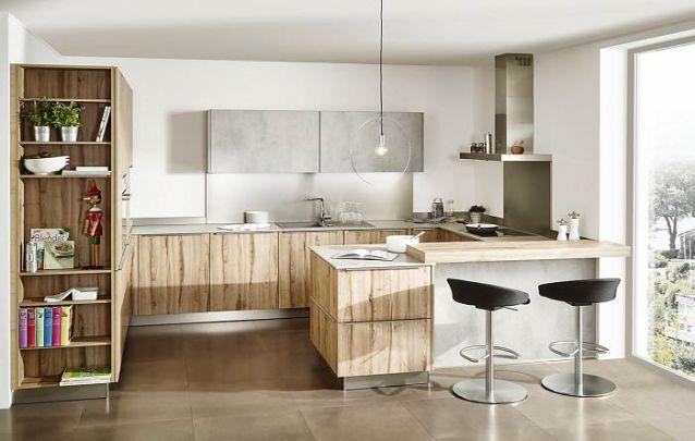 Acoplar uma estante ao armário da cozinha é uma solução funcional para apoiar alguns objetos de decoração ou até mesmo itens do dia-a-dia