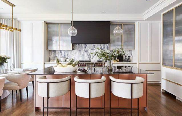 Dourado e cobre, uma combinação brilhante para a sua cozinha americana
