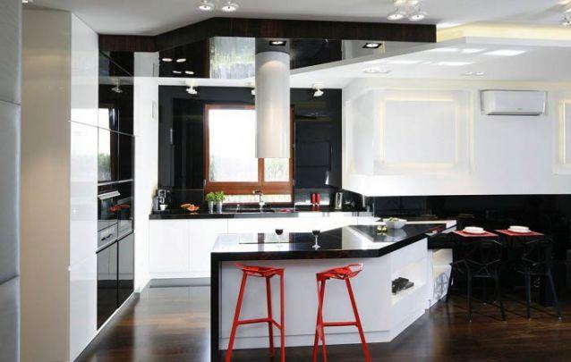 O balcão de cozinha assimétrico foi o escolhido para um melhor aproveitamento do espaço