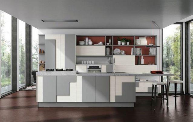 A assimetria no revestimento dos armários deixa esta cozinha americana distinta