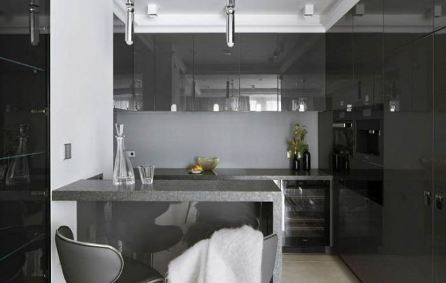E para quem não tem medo de ousar, cores escuras para uma cozinha americana pequena