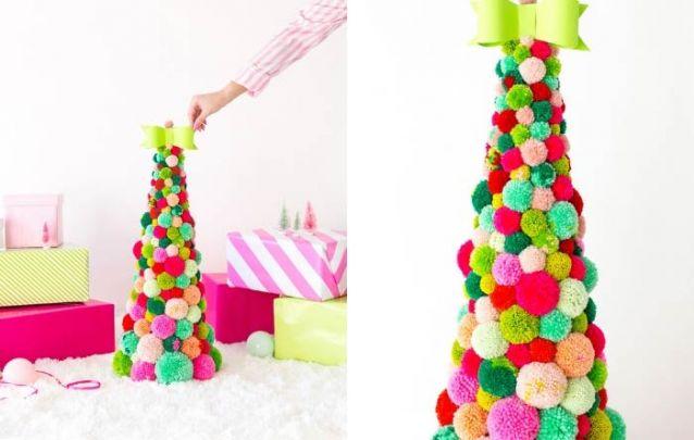 Um pinheiro de mesa feito com pompons traz um toque divertido para a decoração