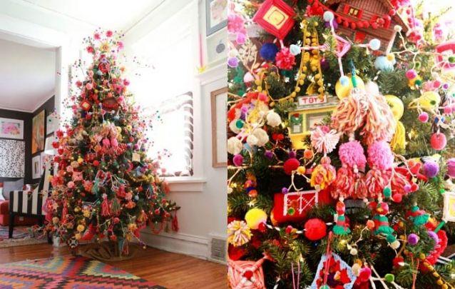 Pinheiro de natal decorado com enfeites artesanais