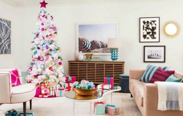 Arvore de natal branca com toques coloridos para alegrar a casa