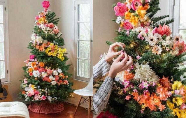 Flores na decoração de pinheiro de natal é uma tendência