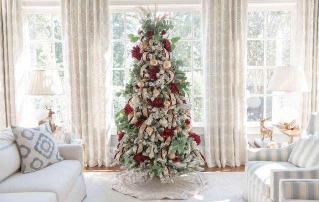 Dourado e vermelho foi a combinação escolhida para compor esta decoração de natal sofisticada