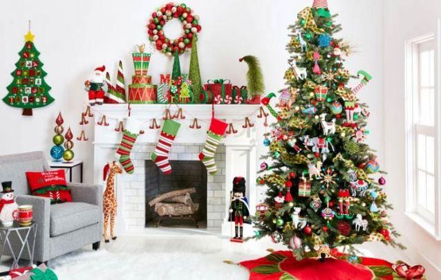 Uma festa na arvore! Diferentes itens criam esta decoração de natal colorida e animada