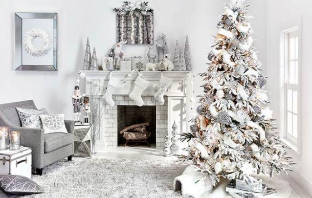 Diferentes tonalidades de prata foram as escolhidas para compor este pinheiro de natal