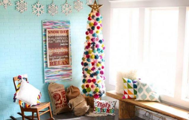 Uma decoração de natal simples e descontraída com alguns pompons coloridos