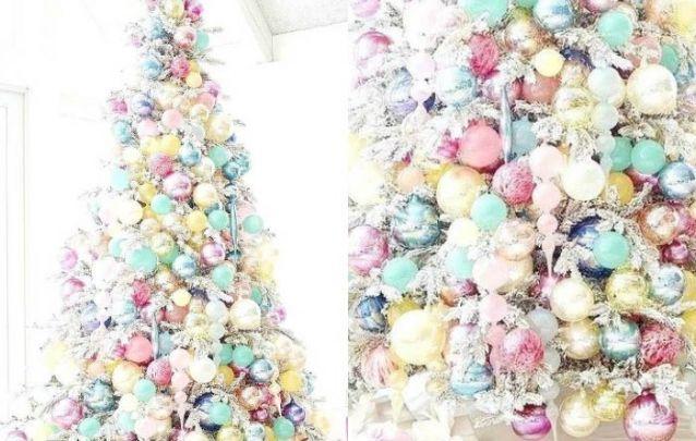Um mix de cores pastéis traz um charme suave para o pinheiro de natal